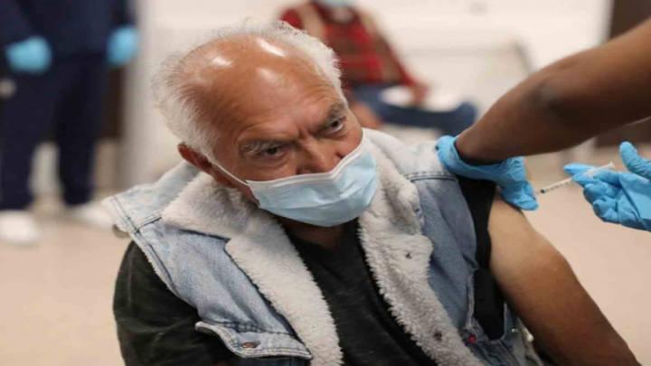 La vacuna enseña al sistema inmune a atacar al virus
