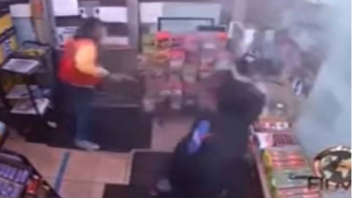 Momento filmada por una cámara oculta , en que el youtubers es baleado.