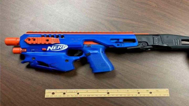 Operativo descubre pistolas reales similares a juguetes para niños