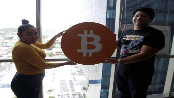 Cae estrepitosamente, minutos después de su debut, el bitcóin como moneda de El Salvador