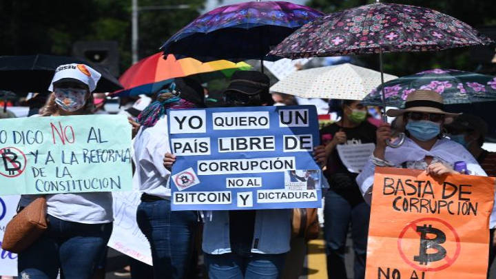 Miles personas protestan en contra de las medidas impuestas por al actual mandatario salvadoreño, Nayib Bukele